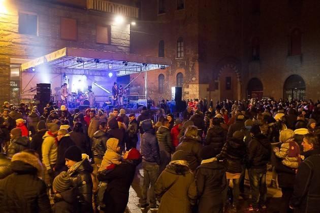 Il 2020 è arrivato anche a Cremona  Tanta gente allegra alla festa (Video)