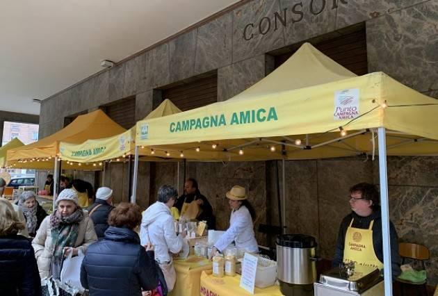 Questa mattina si fa il pieno di vitamina C al mercato di Campagna Amica di Cremona