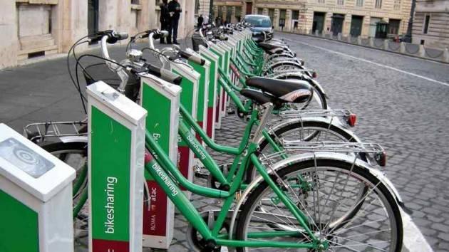 In città camminare, bici e trasporti pubblici restano le opzioni di mobilità più ecologiche rispetto agli scooter elettrici o ai viaggi in auto