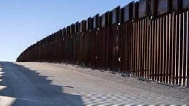 Il vento fa crollare un pezzo di muro di confine di Trump, ma il disastro ambientale non si ferma