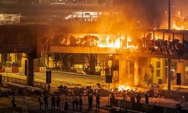 Mondo: proteste violente e sconvolgimenti politici sono la 'nuova normalità'
