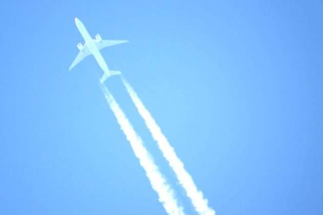 Basterebbero piccoli cambiamenti di altitudine delle rotte per ridurre del 59% l'impatto climatico delle scie degli aerei