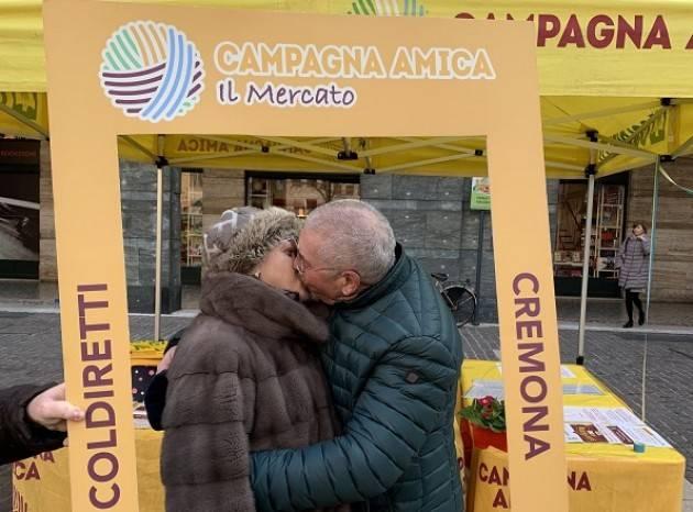 San Valentino, galleria di baci degli innamorati cremonesi al Mercato di Campagna Amica