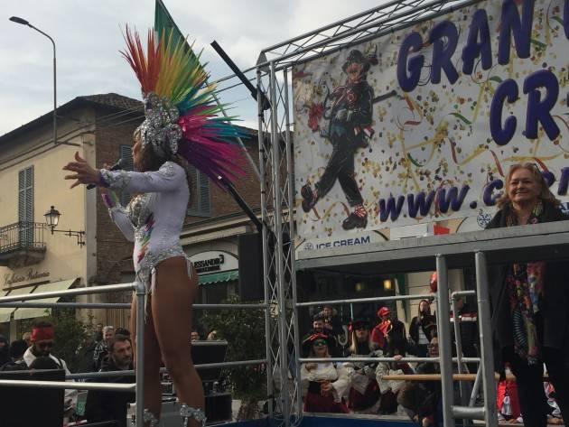 Carnevale di Crema Domenica 16 era primavera , le ballerine brasiliane hanno calamitato gli sguardi | Video E.Mandelli