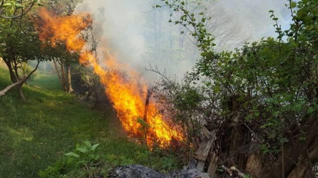 Piemonte: la Regione dichiara lo stato di massima pericolosità incendi e poi approva le deroghe per l'abbruciamento all'aperto