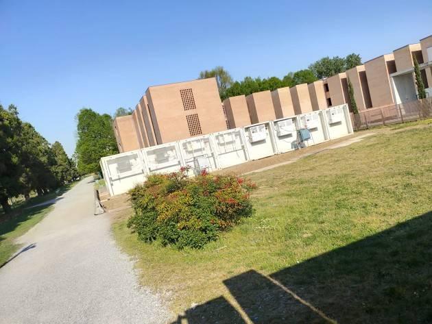 Cremona Ecco la foto delle otto celle frigorifiche, nel cortile Polo Cremazione, per far fronte allo spaventoso numero dei decessi.