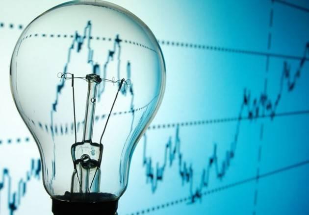 I consumi di elettricità in Italia tornano indietro di vent'anni, rallentano anche le rinnovabili