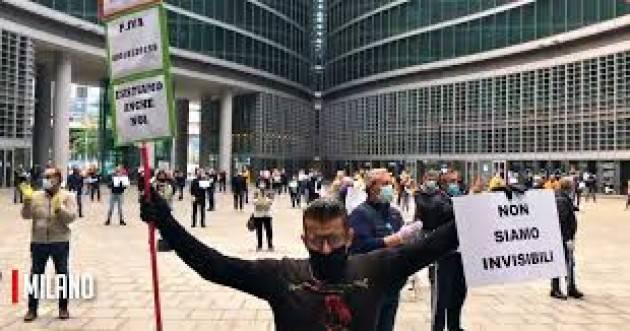 Ambulanti protestano sotto sede Regione Lombardia