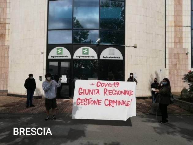 Affissi striscioni su sedi contro gestione Regione Lombardia