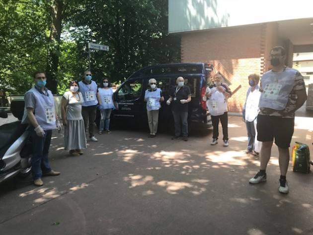 Cremona L'Assessore Viola sta ringraziando a piccoli gruppi i volontari di CremonaAiuta