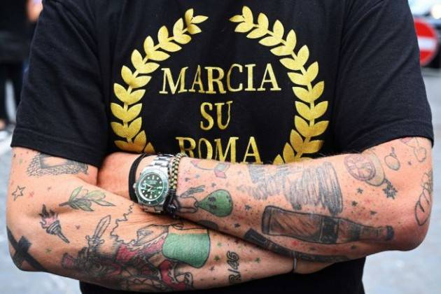 Marcia su Roma, in centinaia al grido di ''Abbiamo fame'' e ''Vogliono vaccinarci tutti''