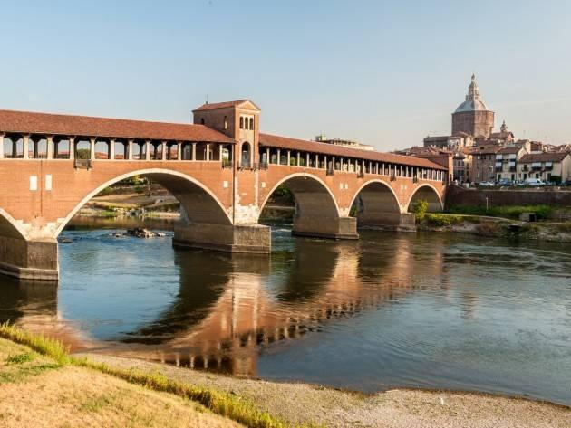 Pavia, vietata la sosta dei passanti sul Ponte Coperto