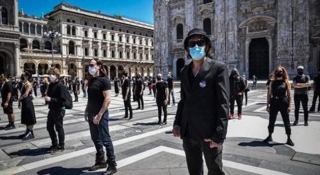 Flash mob artisti a Milano, da Levante a Diodato