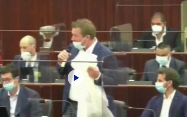 M5S Lombardia porta camici in aula. Degli Angeli (M5S): 'Fontana scappa e non risponde al Consiglio'