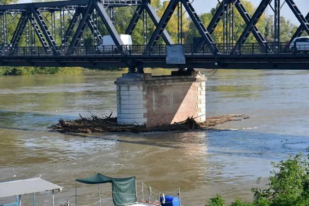 Cremona rimozione dei detriti dai piloni del ponte sul Po: il Comune scrive a RFI