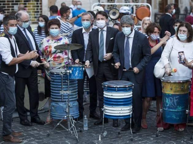 Conte, Fico e Gualtieri Bellanova suonano i tamburi in piazza (con saltello finale...)