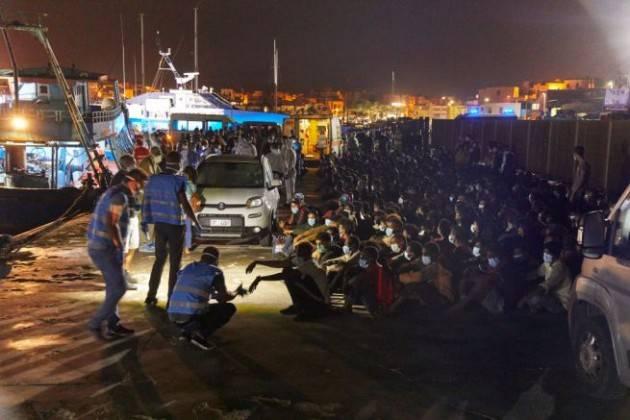 Lampedusa: avviato il trasferimento dei migranti