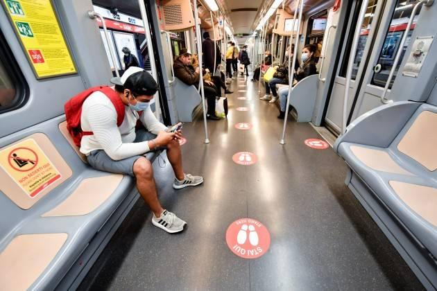 A Milano mezzi all'80%, stop al distanziamento
