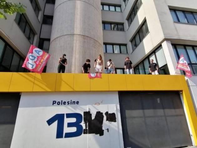 Protesta studenti su tetto ufficio regionale a Milano