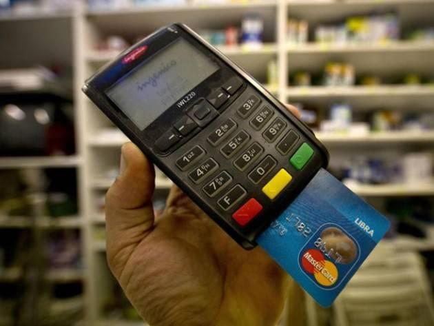 L'Italia riduce il limite ai contanti e incentiva a pagare con bancomat