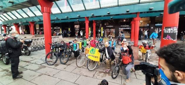 Flash mob In stazione per bici vietate su treno