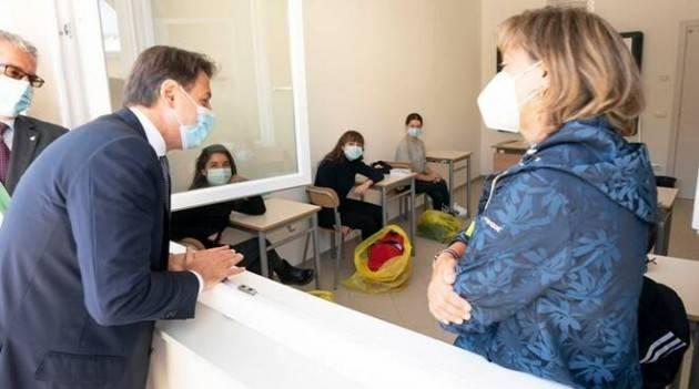 Conte visita a sorpresa una scuola di Roma e sul referendum dice: ''Voterò sì''