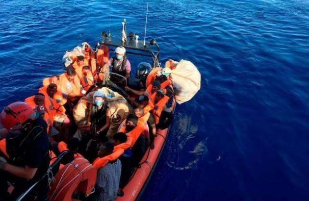 Affonda un barchino: 13 migranti salvati e un disperso