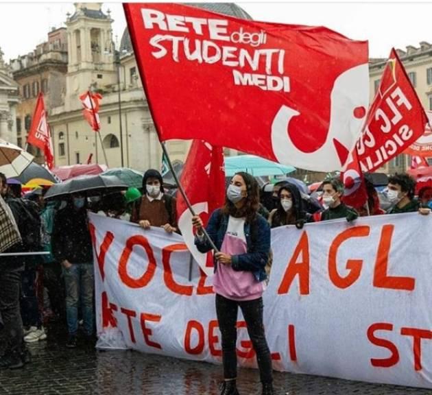 ReteStudenti Nonostante la pioggia, oggi siamo scesi in piazza insieme a @prioritaallascuola