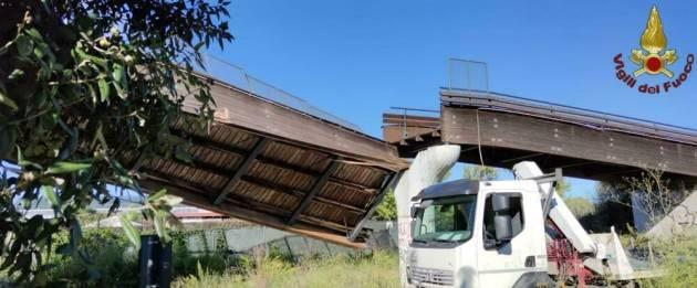 ROMA- MANOVRA SBAGLIATA CROLLA PONTE CICLABILE
