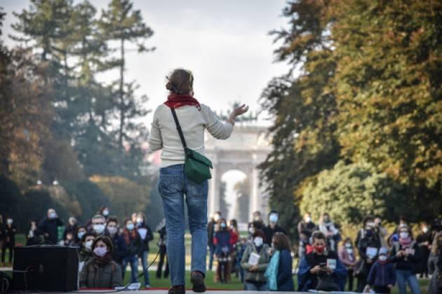 Flash mob a Milano, se lockdown lezioni carbonare
