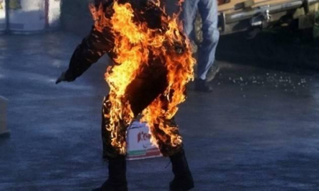 Si dà fuoco in mezzo alla strada, 77enne muore in Brianza