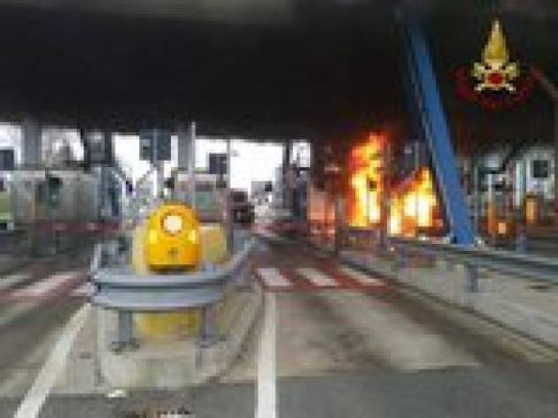Furgone in fiamme al casello nel Pavese
