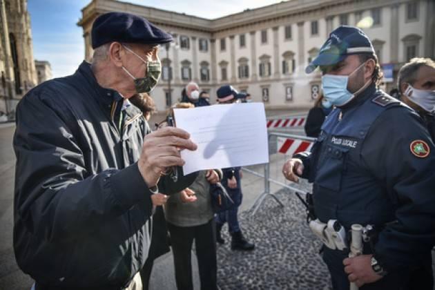 A Milano tendone in piazza Duomo, anziani in coda