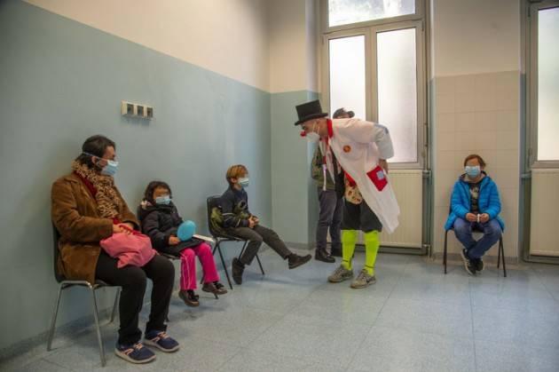 Clown e caramelle per i bimbi all'ospedale militare in coda per il vaccino autoinfluenzale baby