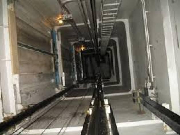 Schiacciato da ascensore che sta sistemando
