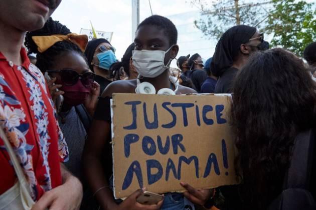 La Francia scende in strada contro la violenza della polizia