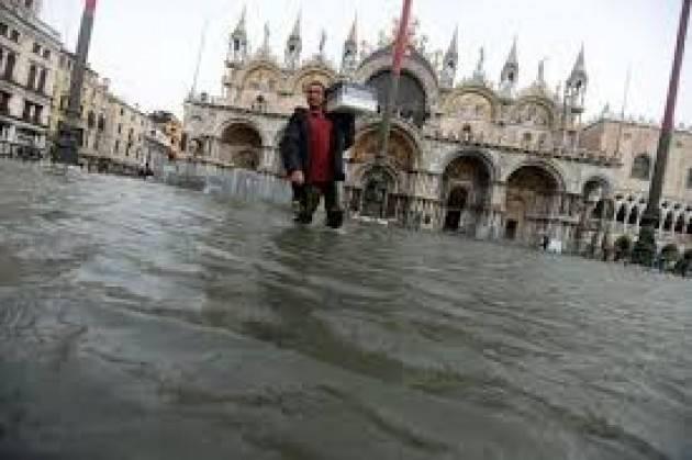 Acqua alta a Venezia ma il Mose non è attivo