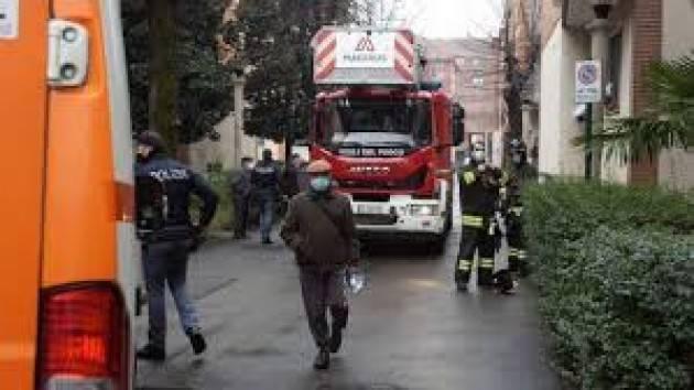 Scoppio in palazzina a Milano, una donna ferita