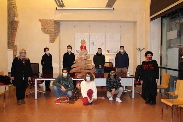 Cremona Un albero di Natale in legno in memoria di Roberto Ferrari