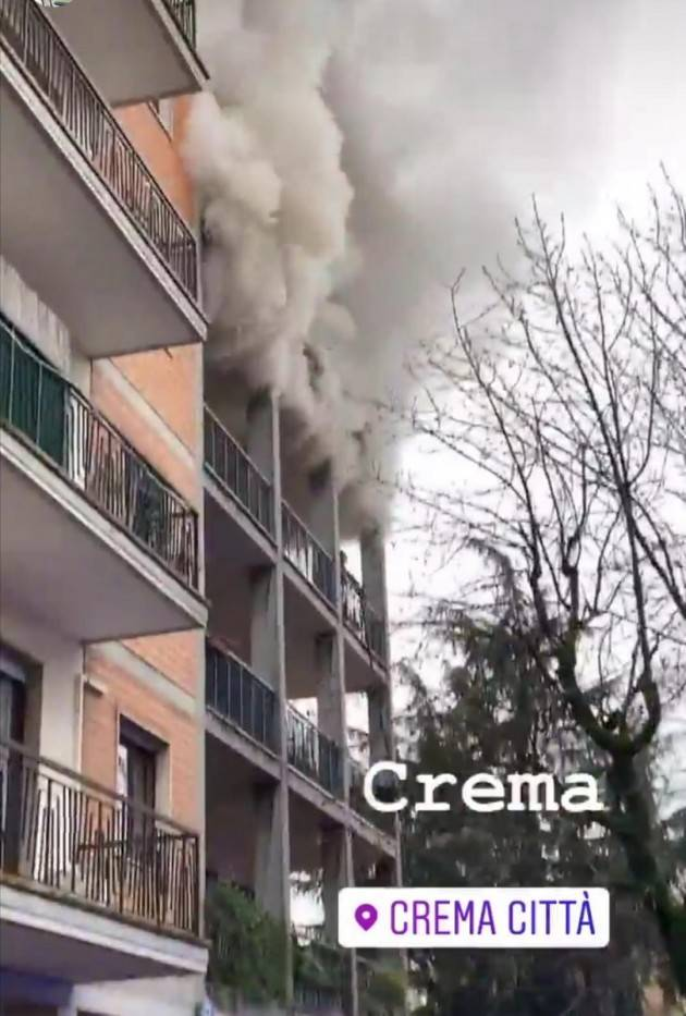 CREMA  INCENDIO IN APPARTAMENTO IN PIAZZALE RIMEMBRANZE Tre VVF intossicati (Video)