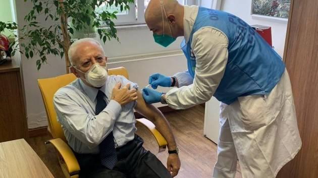 Perchè il governatore della Campania si è già vaccinato?