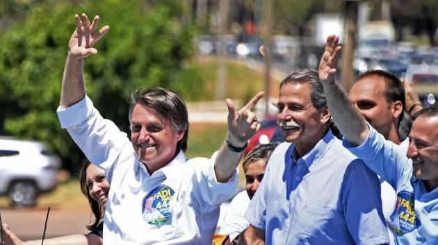 Bolsonaro sfida le autorità locali e va in spiaggia