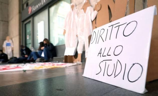 Protesta studenti e insegnanti in piazza Affari