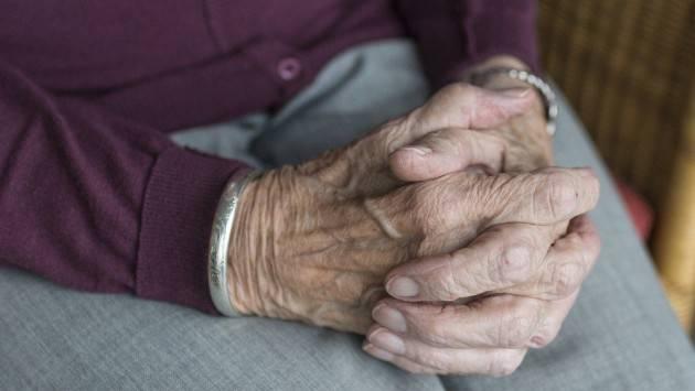 Covid, strage di anziani. L'allarme dei sindacati