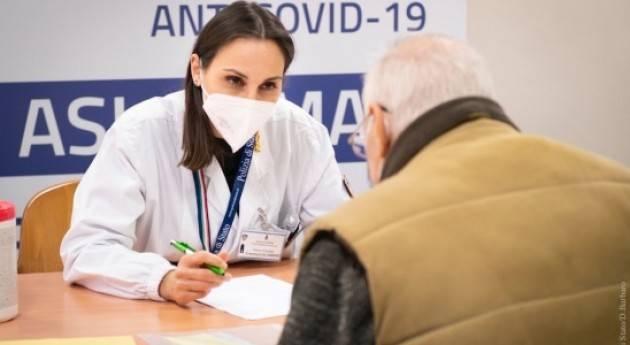 Medici ed infermieri della Polizia vaccinano gli over80