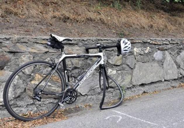 Investe operaio in bici e scappa, preso