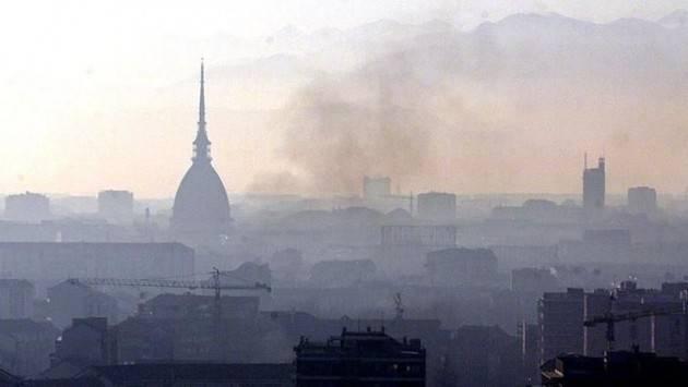 Inchiesta smog a Torino, gli amministratori comunali e regionali respingono le accuse. Legambiente: ''La situazione sia ben lungi dall'essere risolta''
