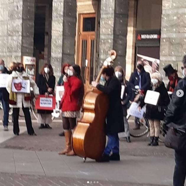 Cremona Flash mob in piazza Stradivari dei lavoratori dello spettacolo