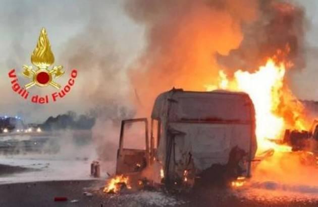 Camion a fuoco, A4 chiusa nel Bresciano