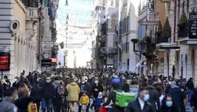 A Milano folla in centro tra shopping e aperitivo